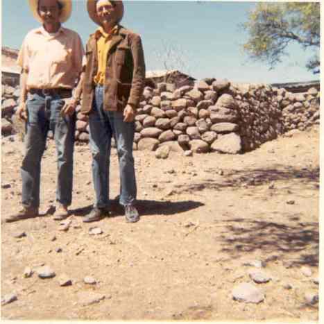 Don Encarnación Martinez Mejia en su solar, con don Amado Báez Mejia, en los sesenta, setenta (Forto smc)
