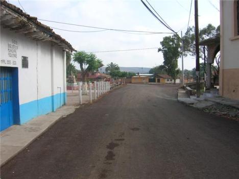 En primer término, a la izquierda, la biblioteca de la comunidad