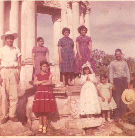 Roque, Sara, Petrita, Ma. Luz, Rosa, Marisela, Socorro, don Encarnación Martinez Mejia. Doña Benita Campos Cerda no posó y Silviano estaba ausente