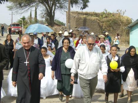 Llegada de obispo. Contento don Javier en Ziquitaro