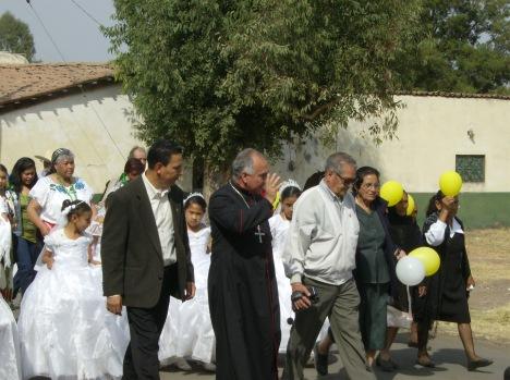 Llegada de obispo. Don Javier saluda a feligreses