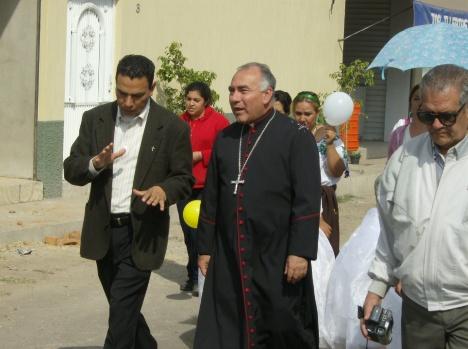 Llegada de obispo. El párroco de Ziquitaro le da explicaciones