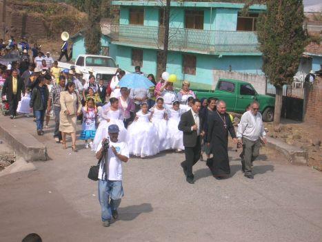 LLegada de obispo. La recepción de monseñor Navarro en Ziquitaro