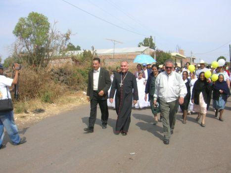 LLegada de obispo.Monseñor Navarro es acompañado por el párroco Manuel Vázquezel párroco Manuel Vázquez