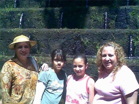 Alicia y Ma. Isabel Ruiz Alvarez, con sus hijos en Uruapan