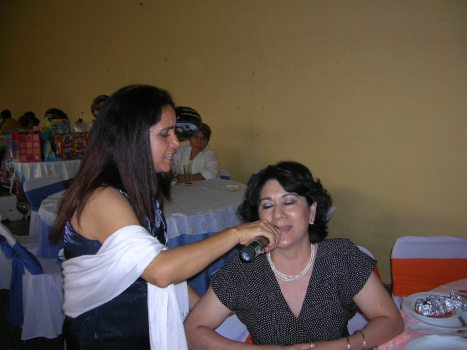 Margarita Campos Solorio, interpreta una canción