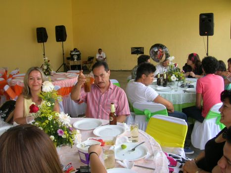Junto a él, su esposa Ma. Carmen Martínez Bravo