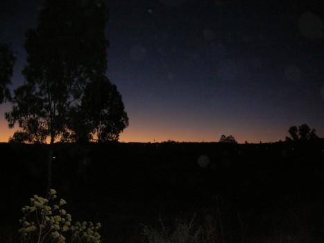 Amanecer, cerca del Llano, se acerca el incendio solar