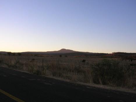 Amanecer, el Cerro del Metate, es despertado