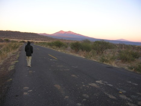 Amanecer, el Sol dora el cerro de Zináparo visto desde El PUertecito