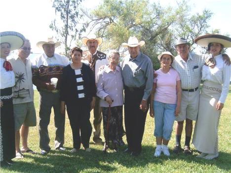 Foto con los festejados Javier y Francisco Aguiñiga Duarte