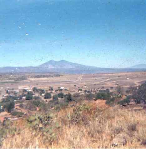 Se ve amplia zona rumbo al Puertecito, con fondo del Cerro de Zináparo como se ve desde Ziquítaro