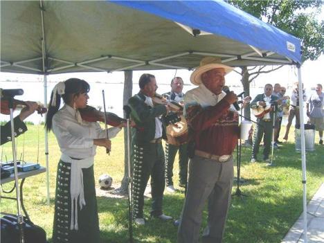 Javier Aguiñiga Duarte cantando