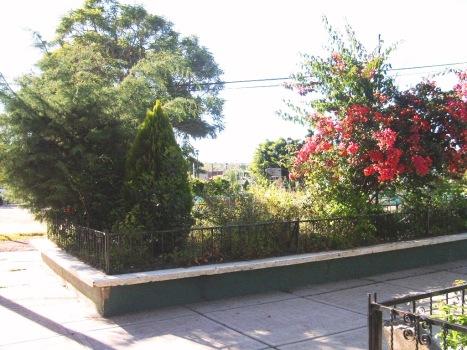 En realidad, las jardineras frente al templo, que dejaorn lugar al nuevo atrio