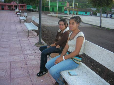 Gente de Ziquítaro, agosto 2008. Paty y Yessi, en la plaza
