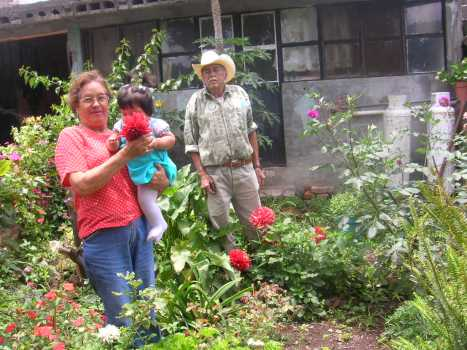 Gente de Ziquítaro, agosto 2008. Petrita, Joselyn, Amado