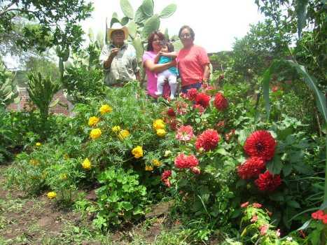 Gente de Ziquítaro, agosto 2008. Rodeadas de flores y de afecto