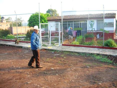 Gente de Ziquítaro, agosto 2008. Rodo Mora, entra al Centro de Salud de Ziquis