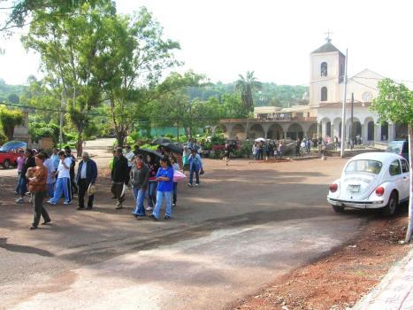 Gente de Ziquítaro, agosto 2008. Salida de misa y, al fondo, avance de las obras del templo
