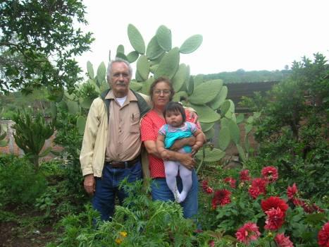 Gente de Ziquítaro, agosto 2008. Silviano, Petrita y Joselyn, entre nopales, en foto de Gabrielita