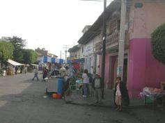 calle-tipica-frente-a-la-plaza-con-sus-anejas-casas