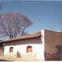 Vieja escuela en Ziquitaro, en su aspecto anterior, años setenta.  Se ve a Sergio Martínez Bolaños
