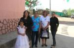 Otra foto de la familia Esqueda Martínez y la niña que hizo su primera comunión