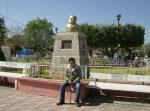 Emmanuel, frente al monumento a Don Adrián Campos Serrato
