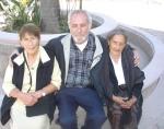 Las tías Lucre y Chepa, con Silviano frente al templo