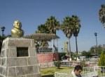 Otra vista del monumento a don Adrián y al fondo el kiosko, con la banda