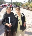 Tía Chepa y tía Lucre, frente al templo