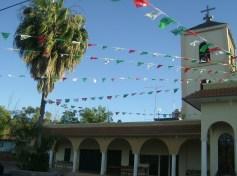 Ziquítaro en fiesta. su templo con el atrio que construyó su joven  párroco, el padre Manuel
