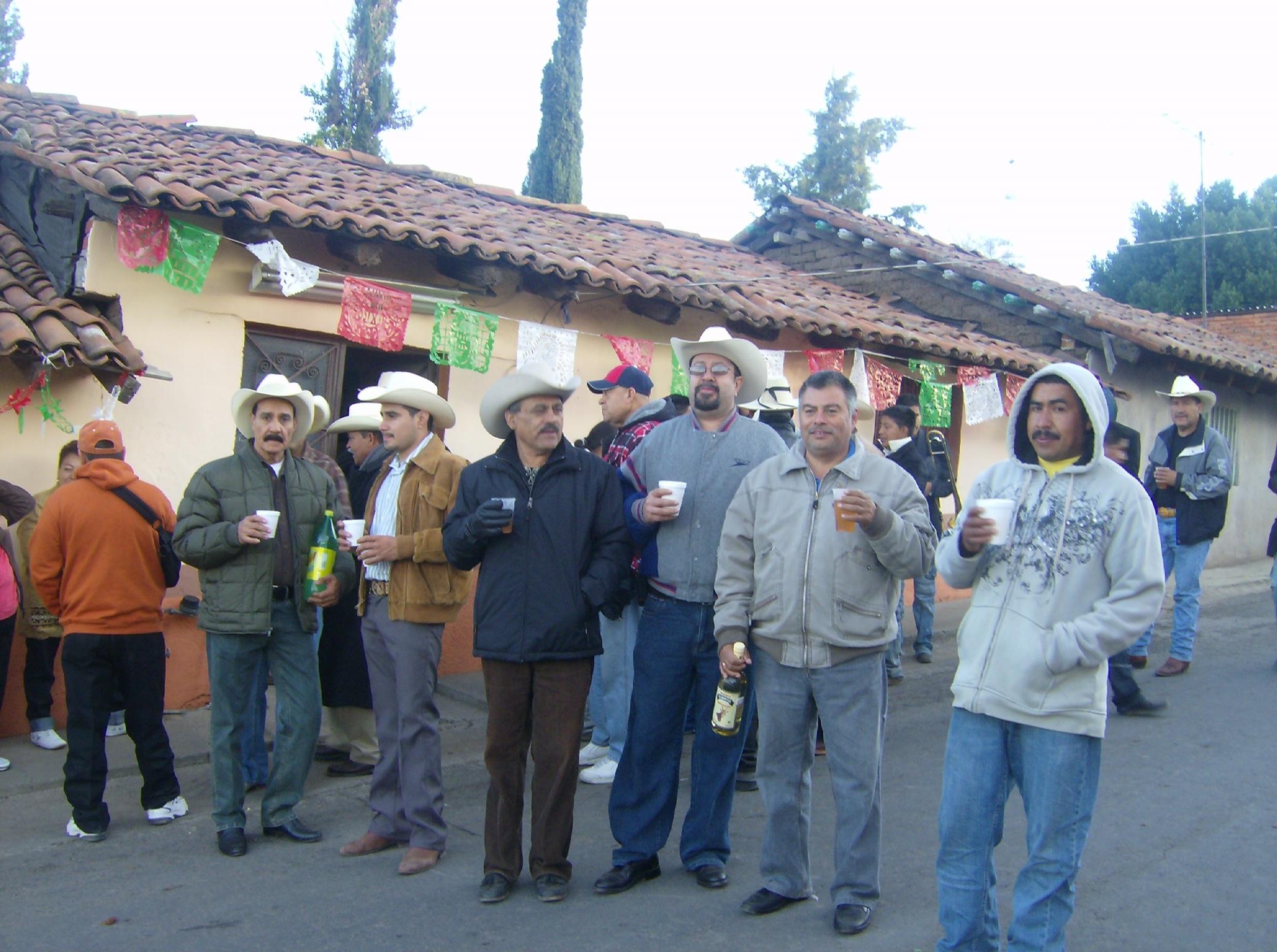 ... acompañantes de la banda de Ichan, posan para la foto del recuerdo