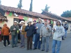 En el barrio Los Nopales Astos, paisanos acompañantes de la banda de Ichan, posan para la foto del recuerdo