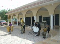 Las percusionesde la banda de música de Ichán, frente al atrio en Ziquítaro