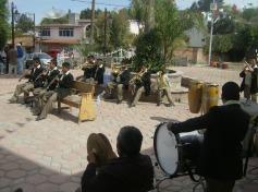 Frente al atrio, la  gran banda de Ichán, luego de la celebración