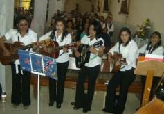Durante la celebración central, el coro local