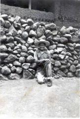 Roque Martínez Campos, adolescente, en foto de Silviano, en 1954. al fondo, lo que fue sacristía del templo viejo