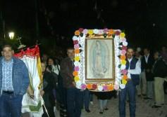 Rubén y Lugardo Moreno, del barrio El Mirador,  a su llegada al templo, portando la imagen de la Vírgen de Guadalupe, en su fiesta