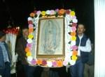 Momento en que hacía su arribo al templo, la imagen de la Vírgen de Guadalupe, desde la comunidad de El Mirador, transportada por Lugardo y Rubén Moreno