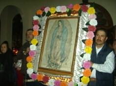 Dos jóvenes de la familia Moreno, de El Mirador, colocarán frente al altar, en el templo de Ziquítaro, laimagend e la Virgen de Guadalupe