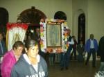La familia Moreno, de El Mirador, a pocos kilómetros de Ziquítaro, veló la imagen de la Guadalupana. En la grafica se ve a peregrinos cuando llegan, encabezados por Rubén y Lugardo Moreno, con la imagen bendita