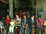 En otra foto, el coro juvenil antes de la misa la víspera de la fiesta central