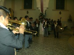 La última peregrinación de barrios, en este caso el de El Mirador, la noche del día once, en Ziquítaro