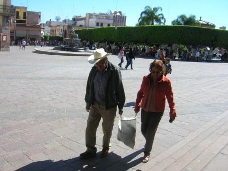 La Piedad. Doña Petrita y don Amado, en la explanada de la plaza principal